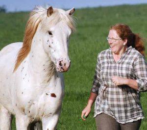 Theby mit Pferd auf Wiese