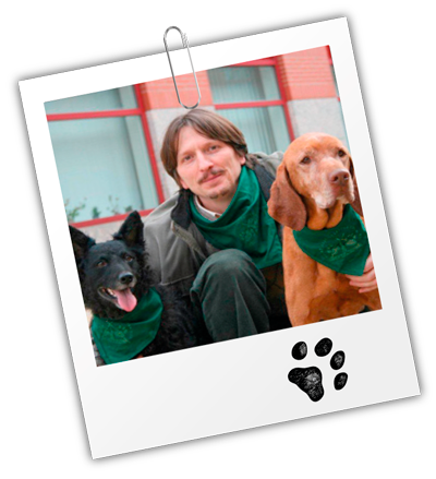 Dr. Ádám Miklósi mit zwei Hunden